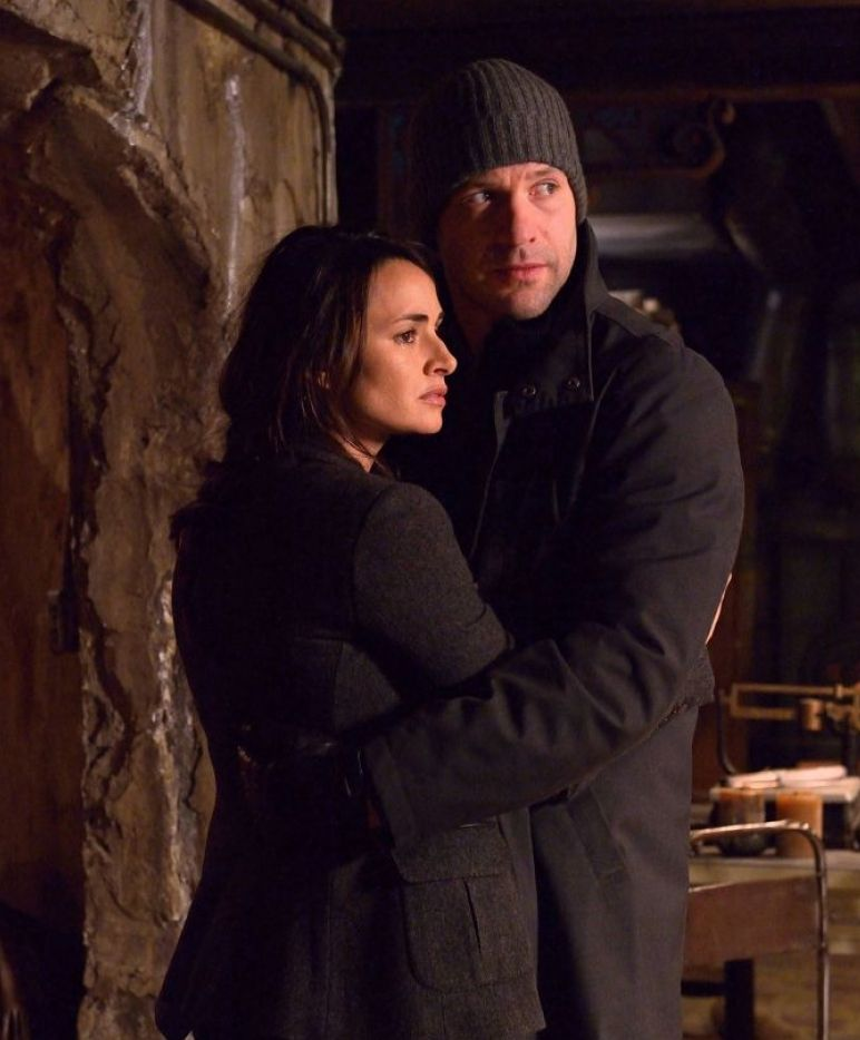 Mía Maestro and Corey Stoll in The Strain episode Occultati