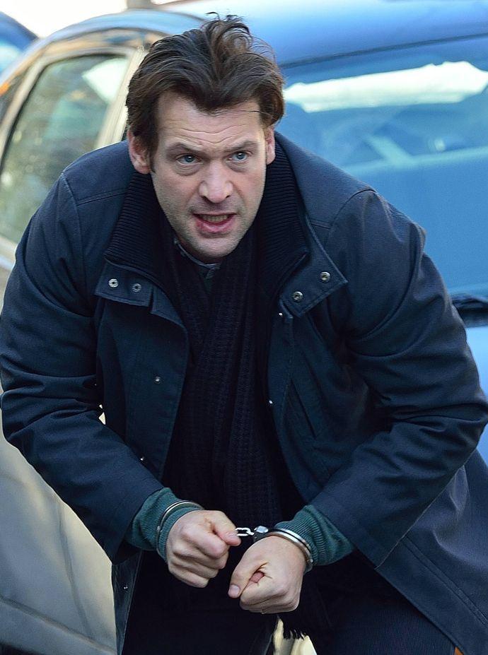 Eph in handcuffs, The Strain