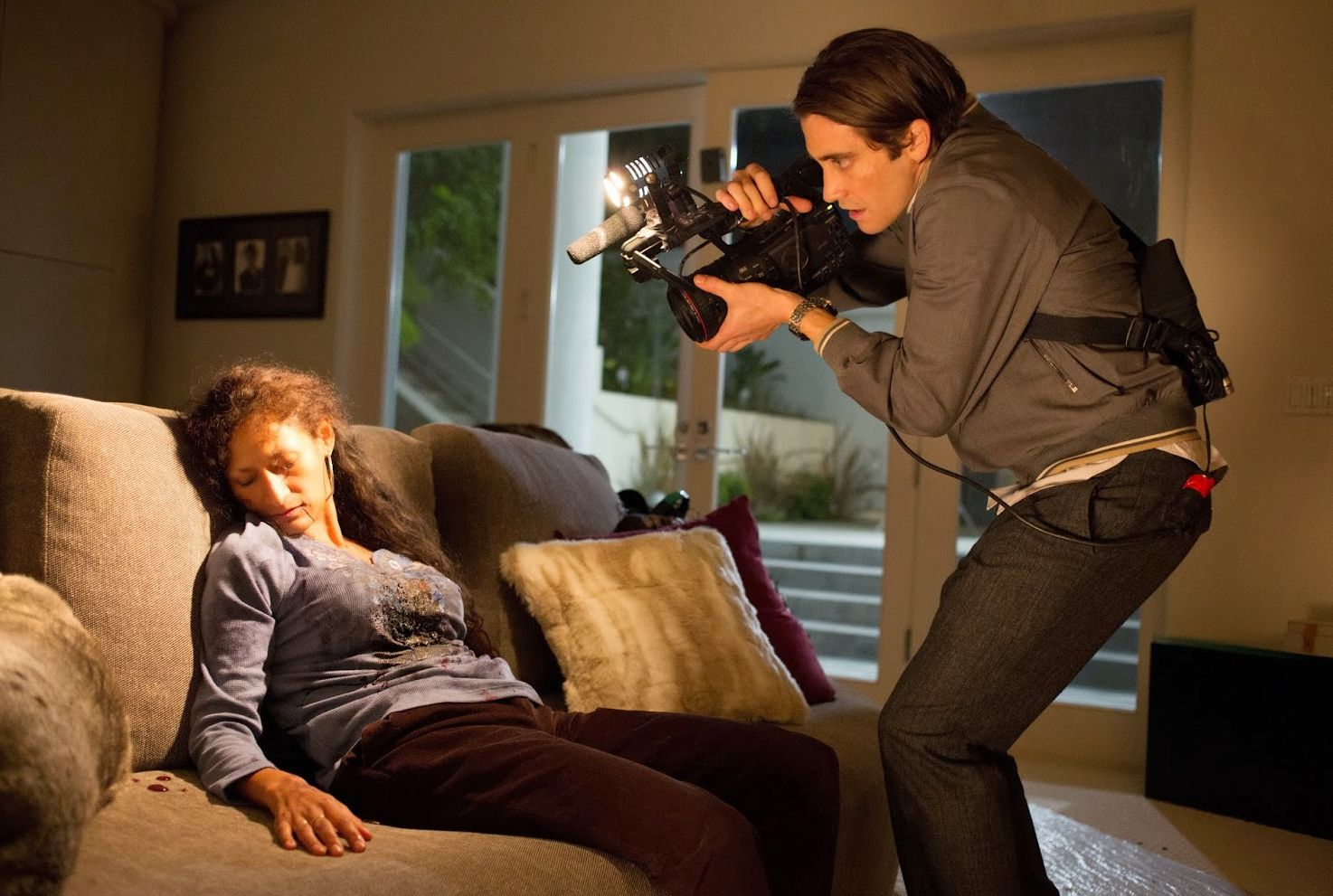 Jake Gyllenhaal films a dead woman on the couch in Nightcraw