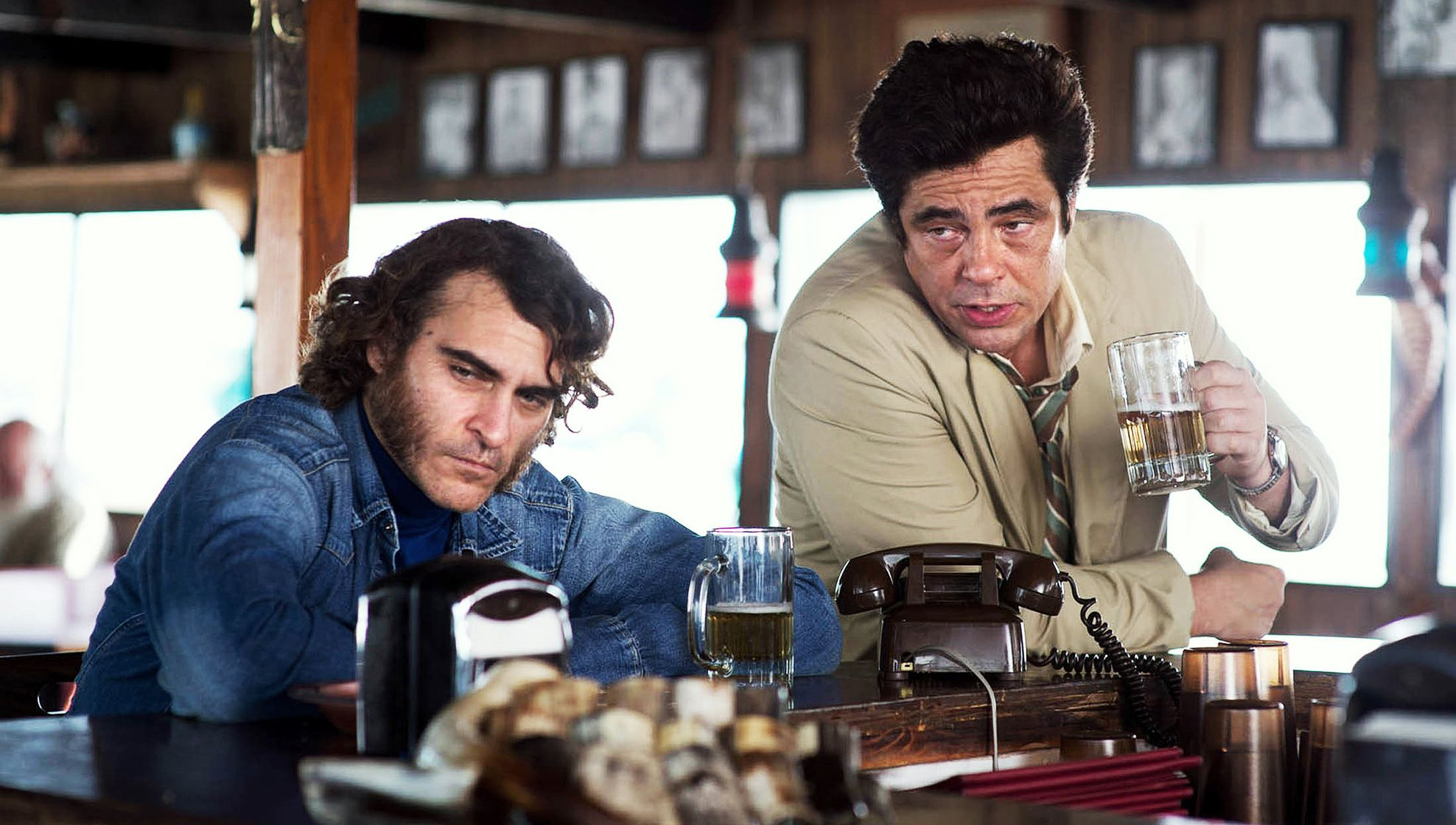 Joaquin Phoenix and Benicio Del Toro have a drink in Inheren