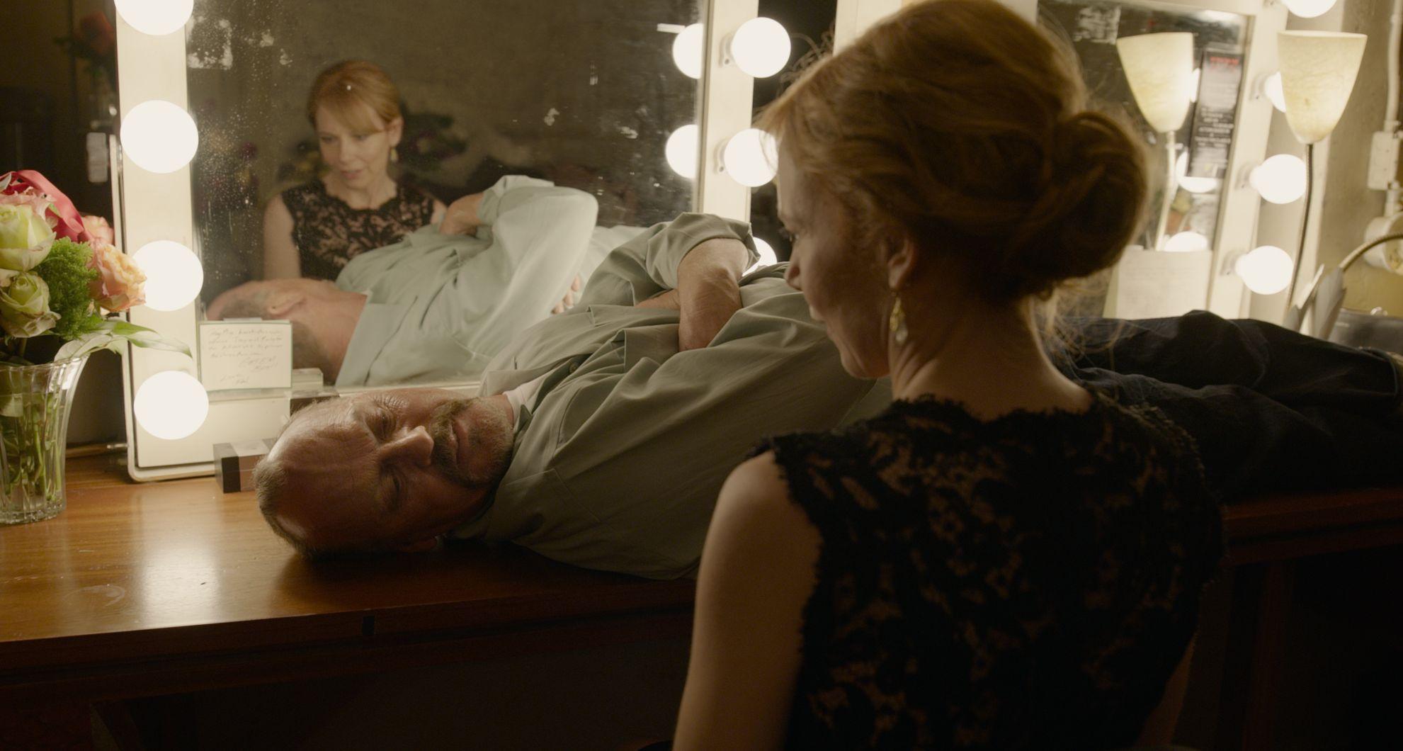 Michael Keaton lays down in front of Amy Ryan - Birdman