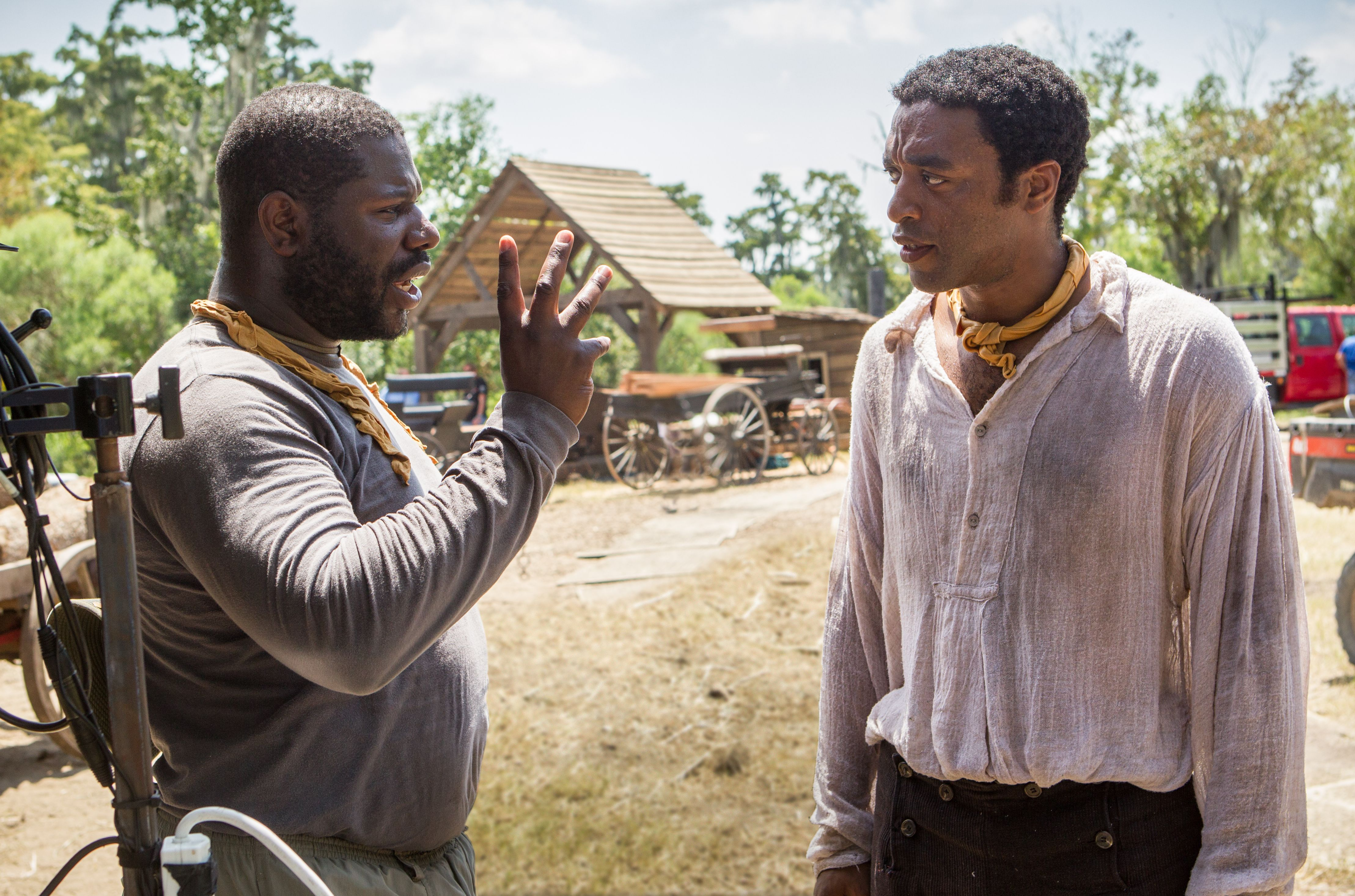 Director Steve McQueen and Chiwetel Ejiofor discuss a scene