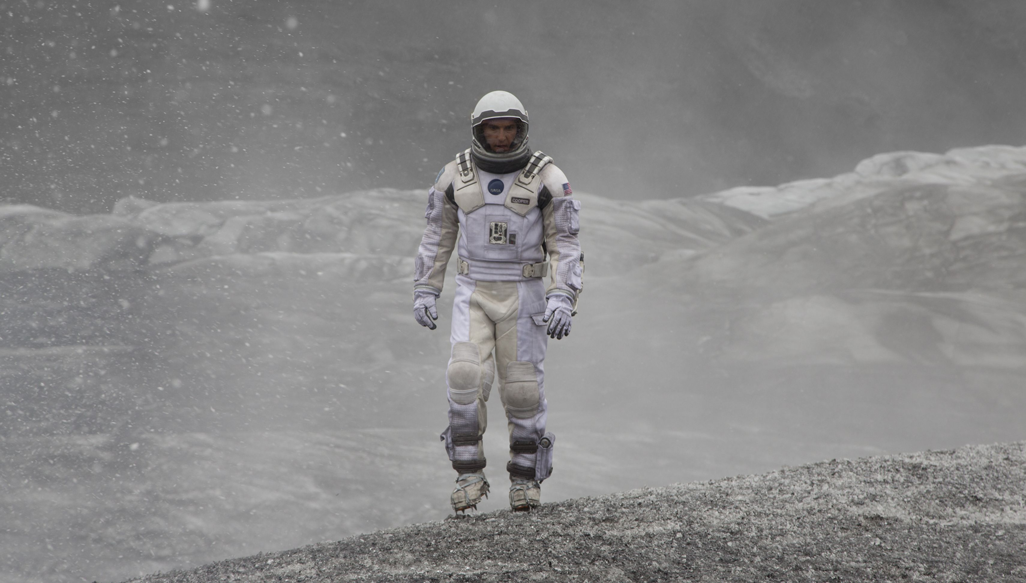 Matthew McConaughey walks around on another planet - Interst