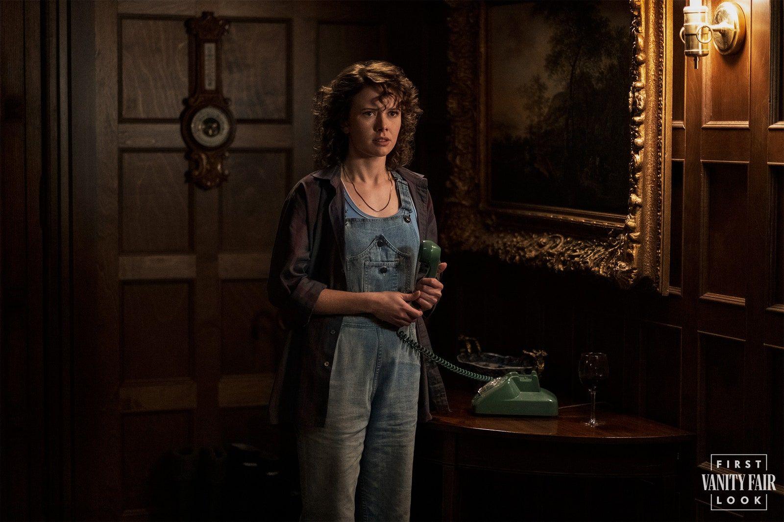 Amelia Eve's Jamie gets an alarming call. EIKE SCHROTER/NETFLIX