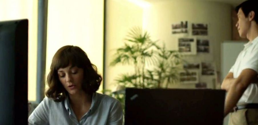 Marion Cotillard traces the index patient in Contagion