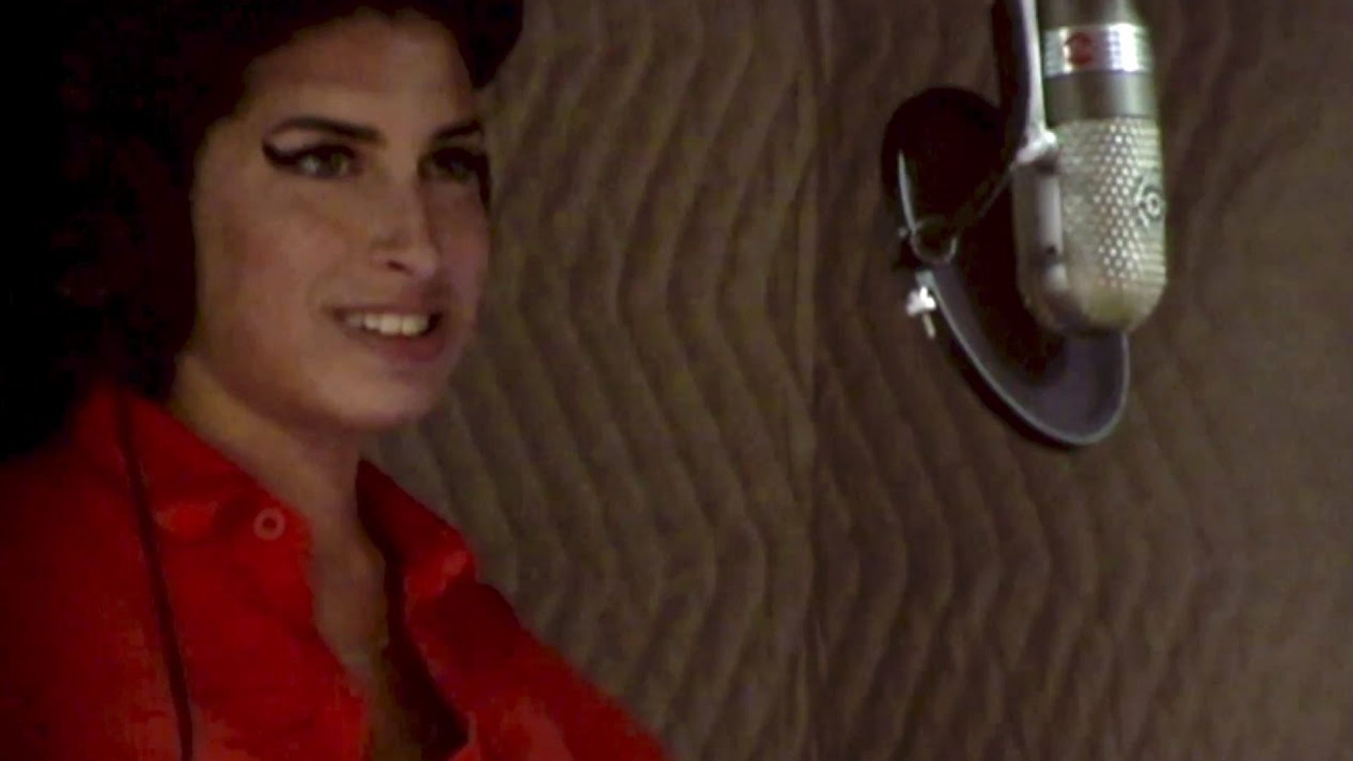 Amy Winehouse sings 'Back to Black' during 2006 recording, i