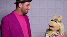 Damian Kulash, Miss Piggy and Dan Konopka on the Muppets OK Go music and videoclip